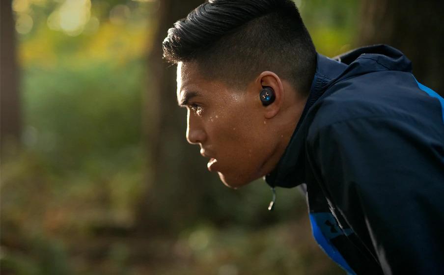 JBL UA True Wireless Flash Black Lifestyle02 - ランニング用イヤホンのおすすめ!【ブルートゥースイヤホン】