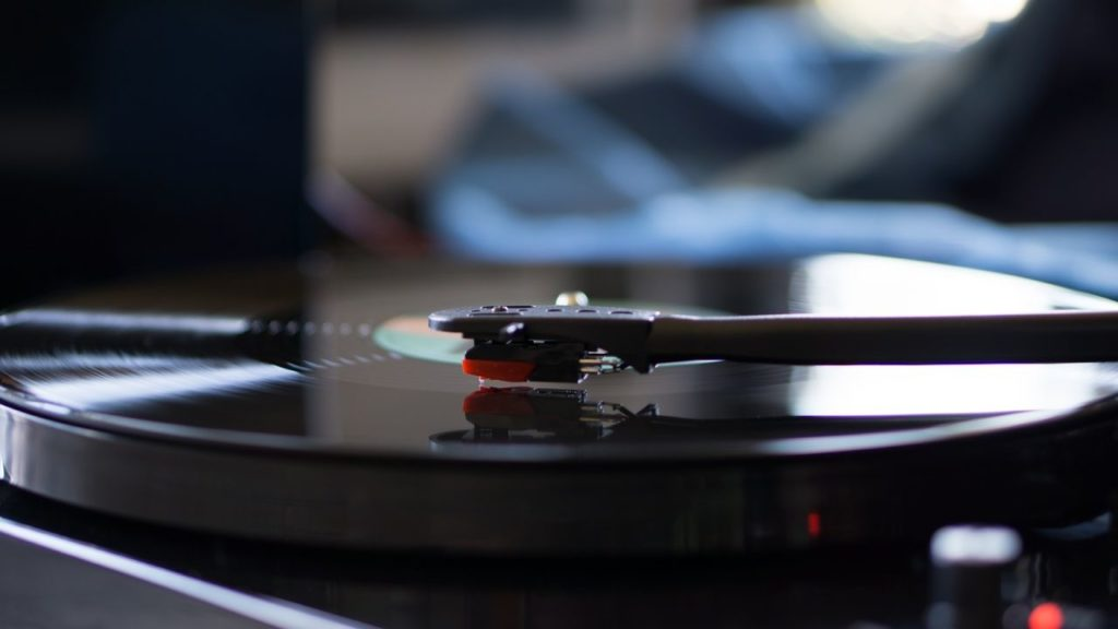 music needle vinyl guitar black drum 940674 pxhere.com compressor 1024x576 - 10万円でオーディオ始めるならこれ!おすすめのスピーカーとアンプの組み合わせ